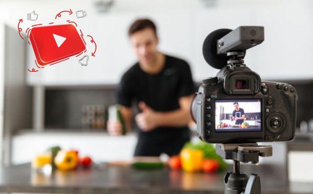 Молодой человек снимает видео для канала на YouTube