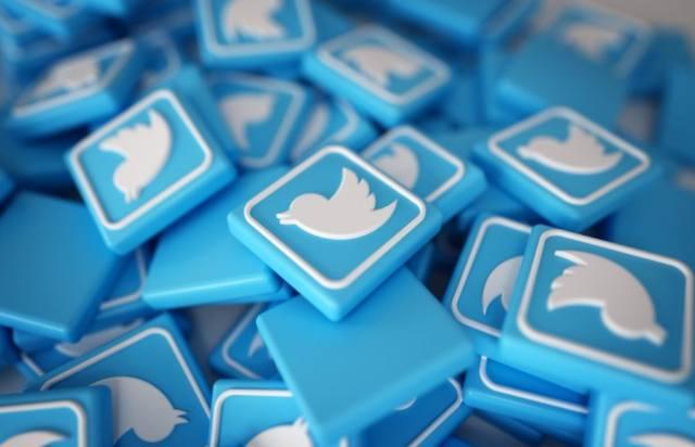 Пластиковые квадратики с символом социальной сети Twitter
