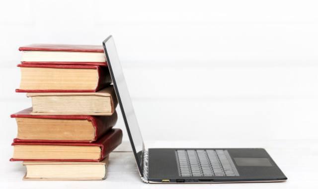 Использование старого ноутбука в качестве подпорки для книг