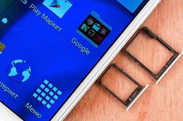 Смартфон со слотами для использования двух сим-карт
