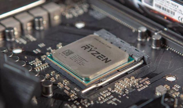 Процессор AMD Ryzen в сокете материнской платы компьютера