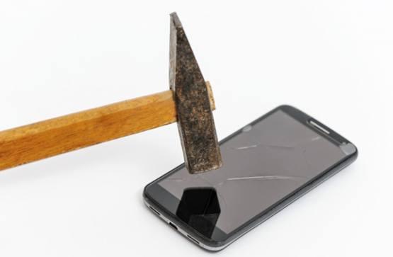 Повреждение экрана смартфона от удара молотком