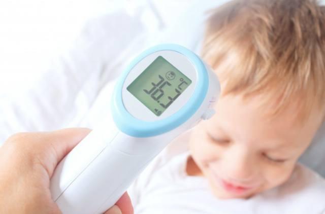Бесконтактный цифровой инфракрасный термометр зарегистрировал нормальную температуру тела ребенка