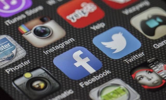 Приложение Instagram среди других приложений мобильного устройства