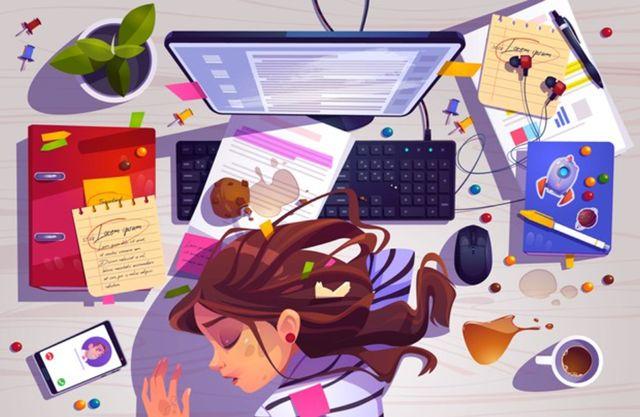 Уставшая девушка спит на рабочем месте в беспорядочном окружении