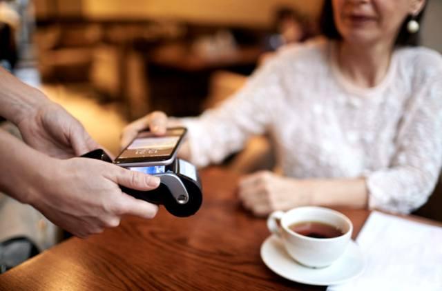 Оплата за чай бесконтактным способом с помощью смартфона