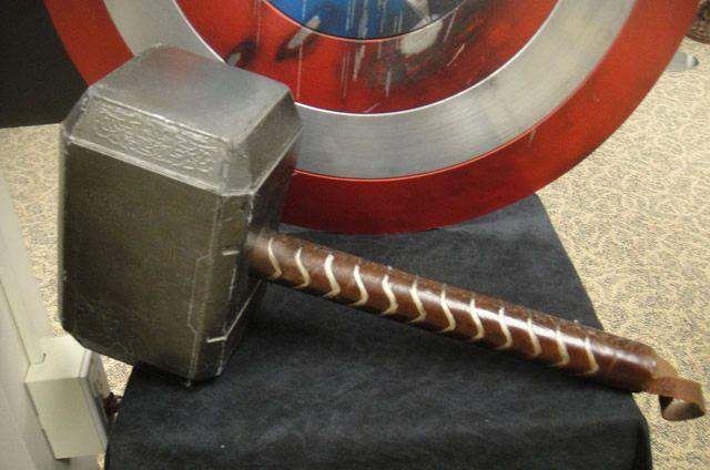 Молот Тора и щит Капитана Америка в продаже на интернет-аукционе