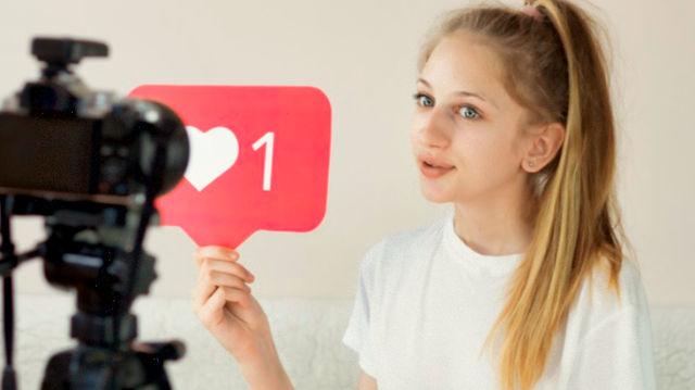 Молодая девушка снимает видео для аккаунта в Instagram