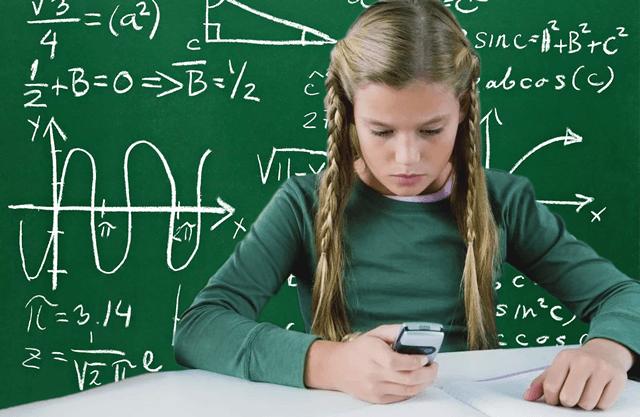 Девочка-школьница изучает науку с помощью телефона