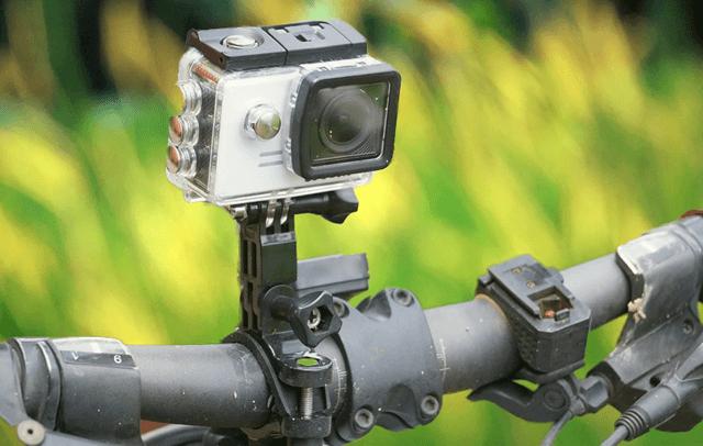 Спортивная камера закреплена на руле велосипеда