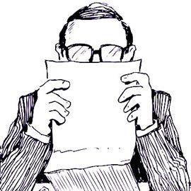 Мужчина в очках внимательно читает лицензионное соглашение