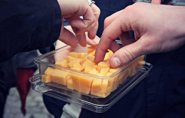 Покупателю пробуют бесплатный сыр