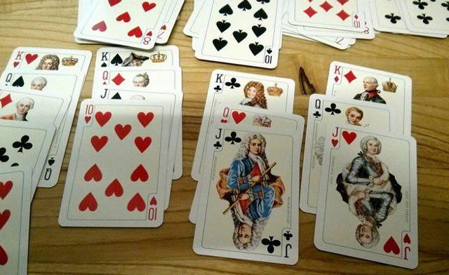 Разложенные в пасьянс игральные карты на столе