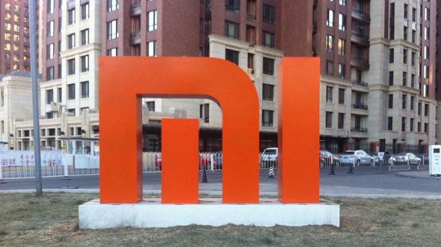 Логотип марки Xiaomi ввиде уличного обелиска