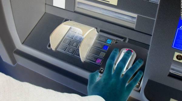 Биометрический банкомат сканирует отпечаток пальца клиента