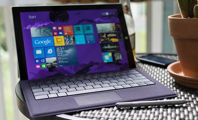 Surface Pro на круглом столике рядом с цветочным горшком