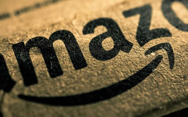 Узнаваемая марка магазина Amazon на картонке