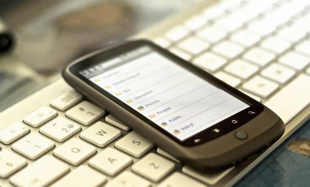 Мобильный смартфон на белой клавиатуре