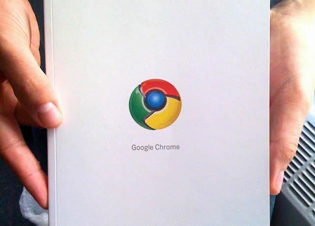 Символ Google Chrome на книге в руках