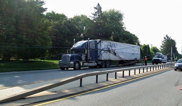 Запутавшийся в телефонных кабелях грузовик