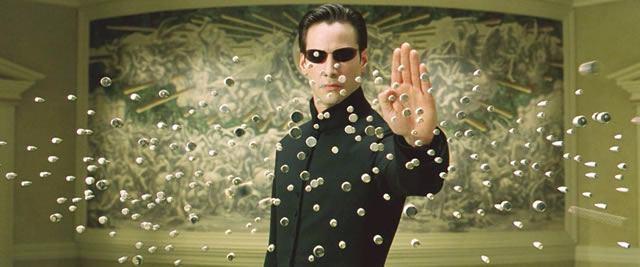 Кадр из фильма «Матрица», в котором Нео останавливает летящие пули