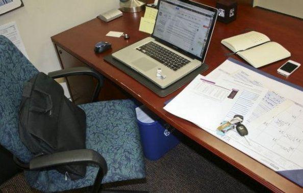 Типичное рабочее место офисного сотрудника, совершающего много ошибок в обеспечении безопасности информации