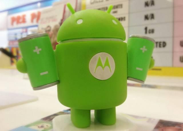 Робот Android TV с батерейками в руках