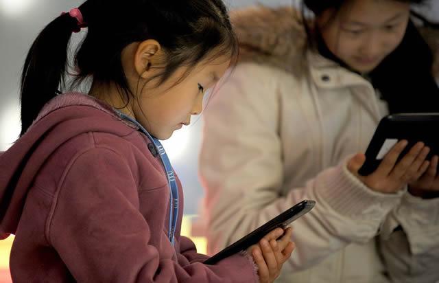 Девочки с планшетами в руках