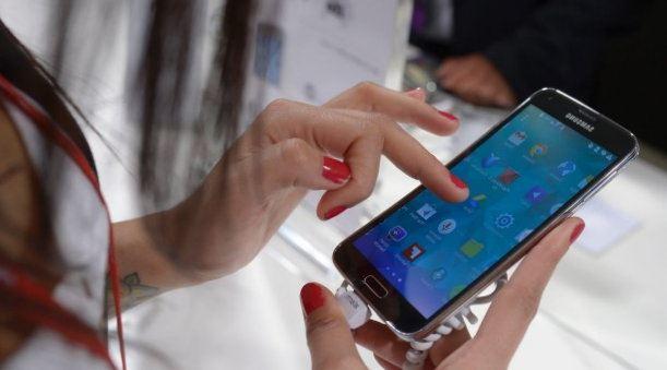 Девушка проверяет работу смартфона Samsung