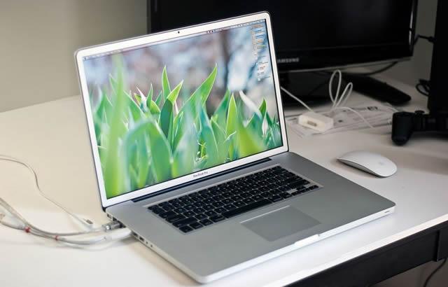 Включенный ноутбук на фоне персонального компьютера