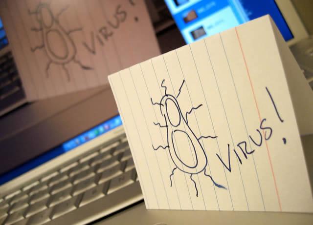 Абстрактное изображение вируса на фоне компьютера