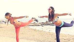 Канал Tone It Up ежегодно публикует серию пляжных тренировок