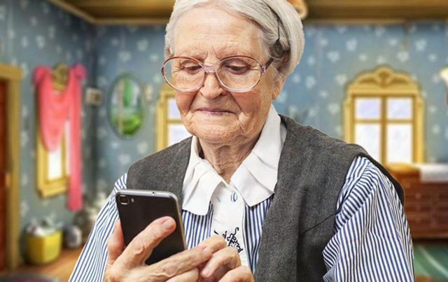 Пожилая бабушка изучает функции современного смартфона