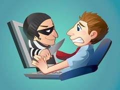 Пользователя компьютера атакует кибер преступник