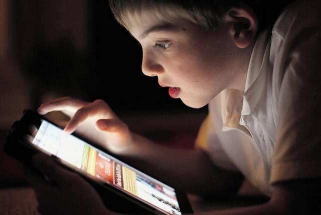 Ребёнок увлечено изучает интернет через планшет