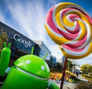 Робот Android Google с леденцом в руках