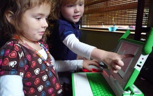 Дети играют в Интернете на специальном детском компьютере