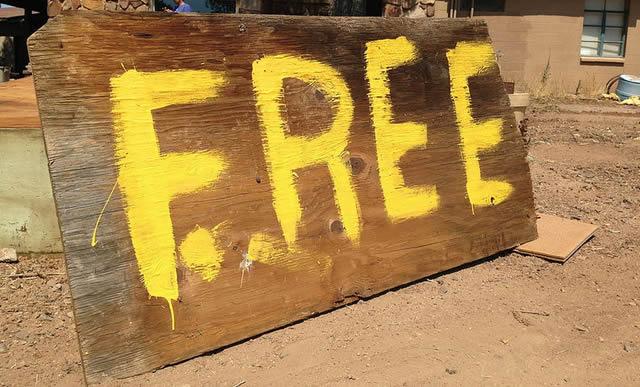 Желтая надпись Free на доске