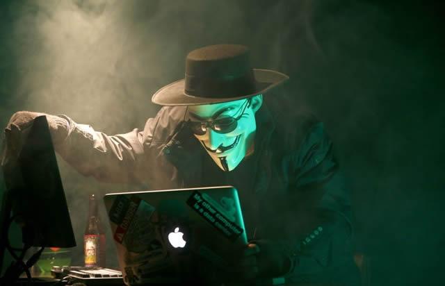 Хакер работает за компьютером!
