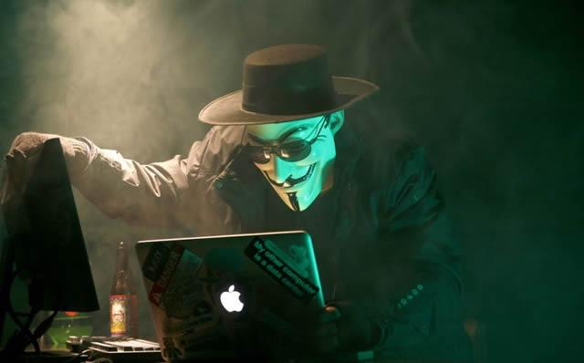 Киношный киберпреступник за работой