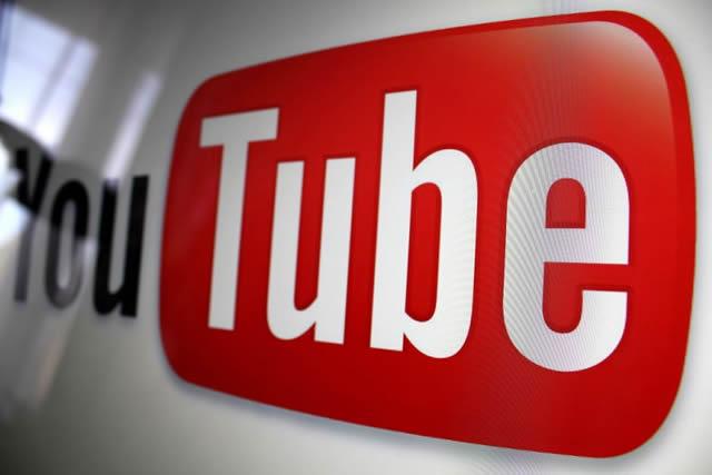 Логотип YouTube на стене под углом