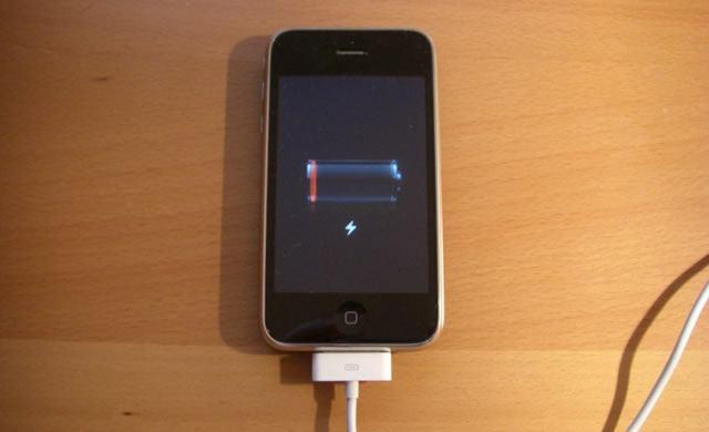 Процесс зарядки аккумулятора смартфона