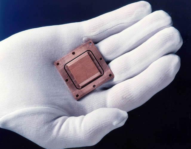 Процессор на ладони в перчатке