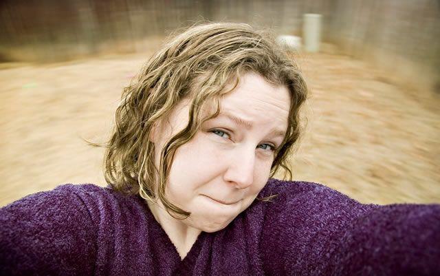 Девушка сделала селфи фотографию, катаясь на карусели