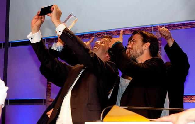 Группа мужчин делает фото самих себя