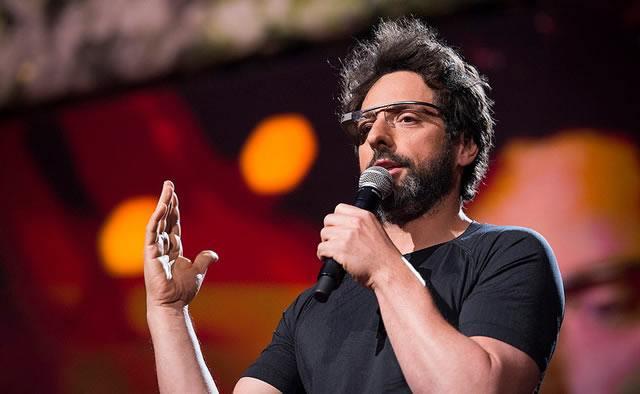 Взъерошенный Сергей Брин, сооснователь Google, проводит очередную презентацию в очках Google Glass