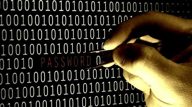 Компьютерный хакер получает пароль от личной информации пользователя