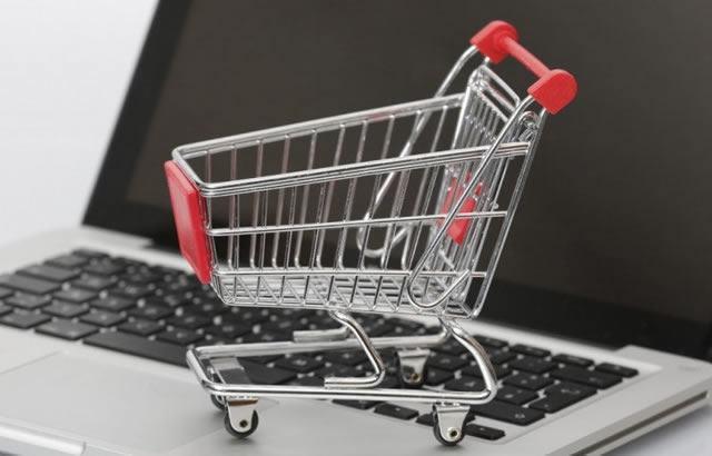 Мини модель тележки из магазина самообслуживания на клавиатуре ноутбука