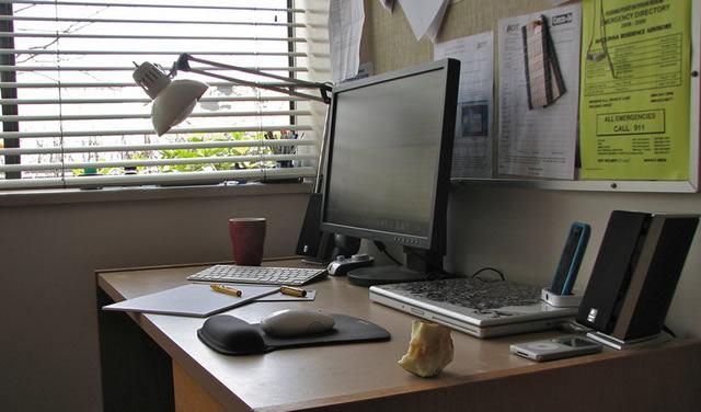 Офисное рабочее место, требующее использования компьютерных приложений