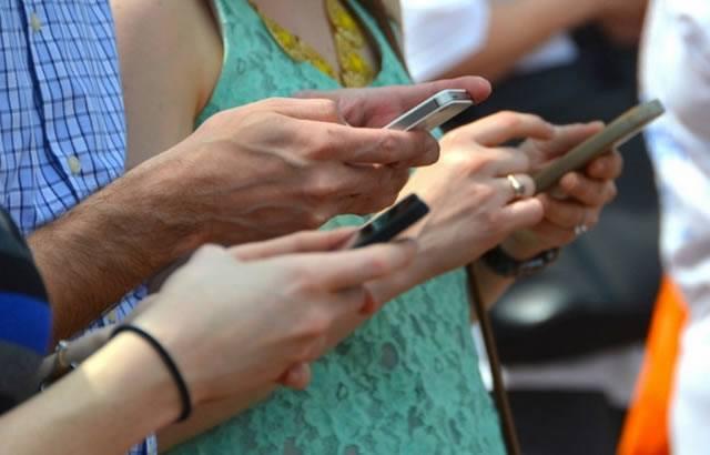 Активно использование смартфонов в обществе